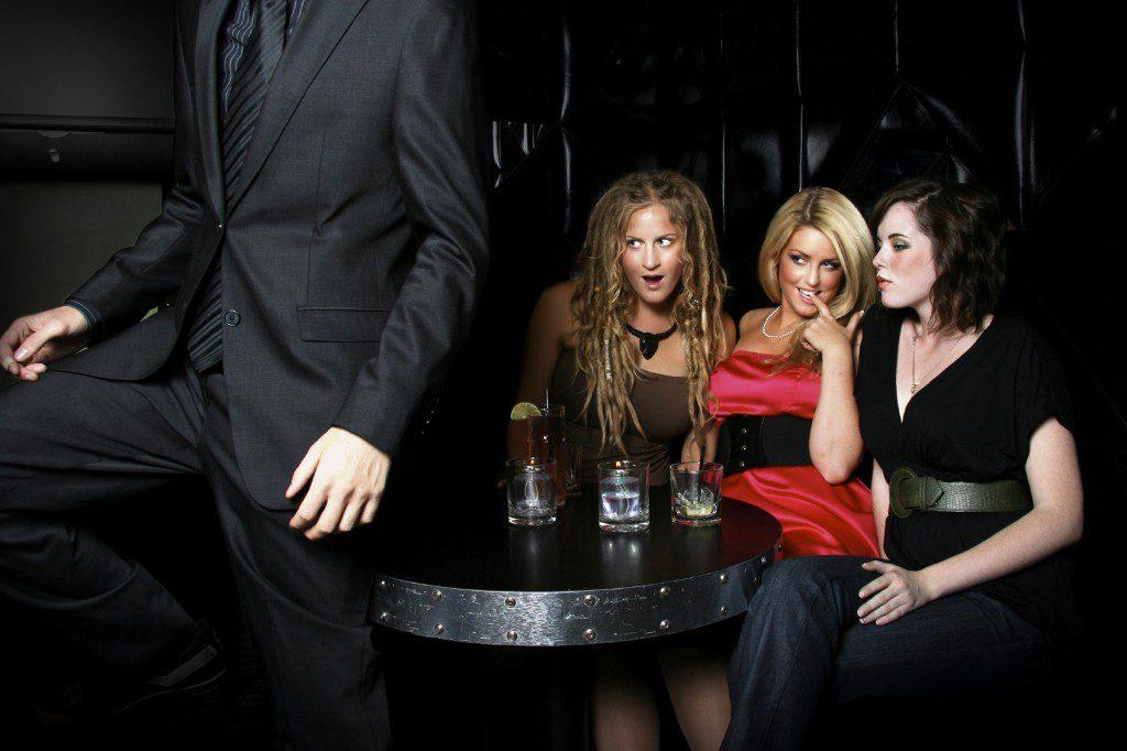 macho alfa con varias mujeres